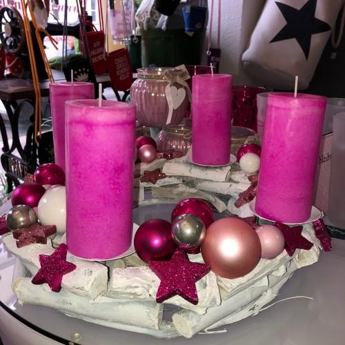 adventskranz fertig dekoriert in pink